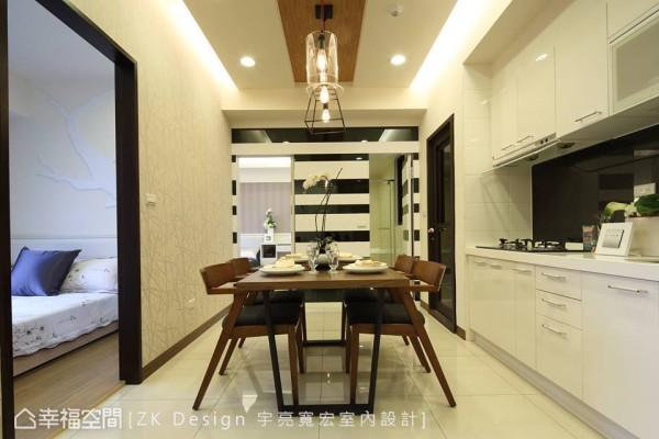 以黑白相间的烤漆墙面提升视觉层次感,并巧妙与客厅沙发背墙的艺术画作相互呼应。