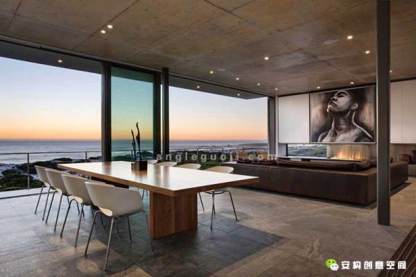 裸露的混凝土、白色粉刷墙、花岗岩板材和木制的台阶,还有精心挑选的家具。