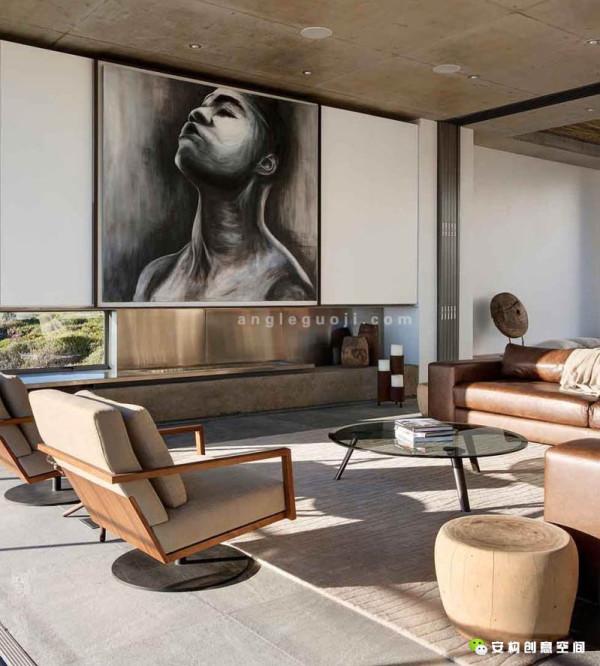 房子面积600平方米,包括三个卧室,四个卫生间、两个客厅和餐厅(室内和室外)、画廊、娱乐室、书房,以及宽敞的阳台和露台。