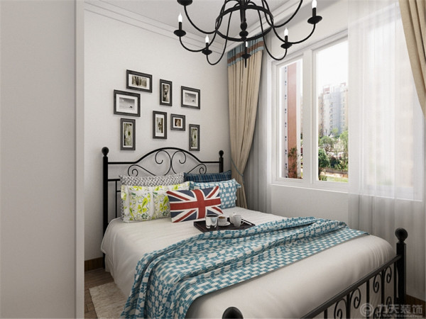 在主卧的设计中整体也采用田园的绿色与白色,蓝色作为点缀,这种色彩可以使整个空间看起来清新 舒服。
