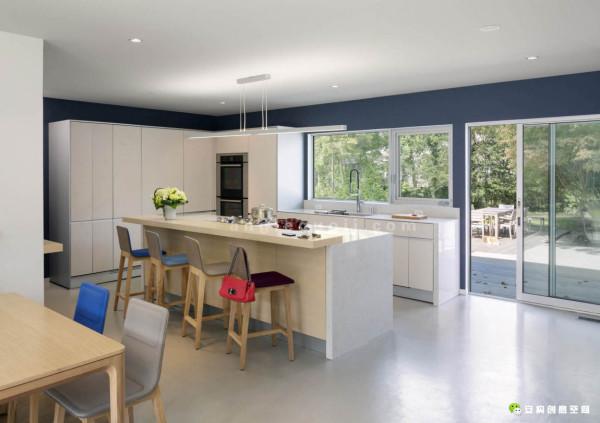 住宅的一楼,设计有供主人每天使用的新厨房以及早餐区。