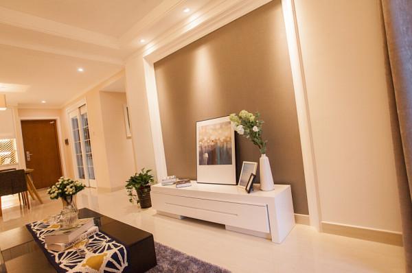电视背景墙也没有多余的造型,就是利用色彩的深浅,凹凸的造型,做了一个对比的设计。