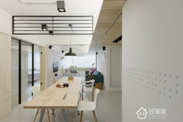 变动原来格局,让阳光进入室内,借助开放规划,解决采光太弱问题,并增加机能性,加大厨房使用区域,后方大桌子同时当餐桌和书桌。