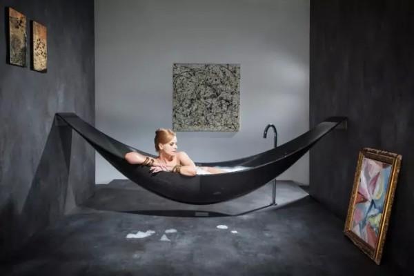 浴缸的创新设计,让人体验跟在室外吊床上一样的舒适感,设计线条符合人最舒服的平躺状态,设计感很强大。