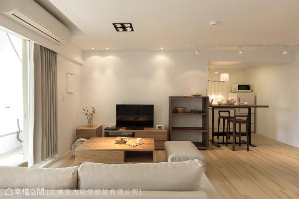 跳脱传统制式窠臼,沙发不靠墙摆放,并留白电视墙面,让机能家具自叙立面表情。