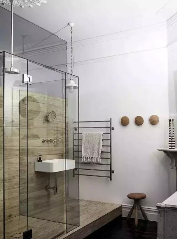 桑拿房一样的墙壁少许点缀,加上配有玻璃门的透明淋浴房,匠心独运。墙上的简易毛巾架设计的也非常精巧。