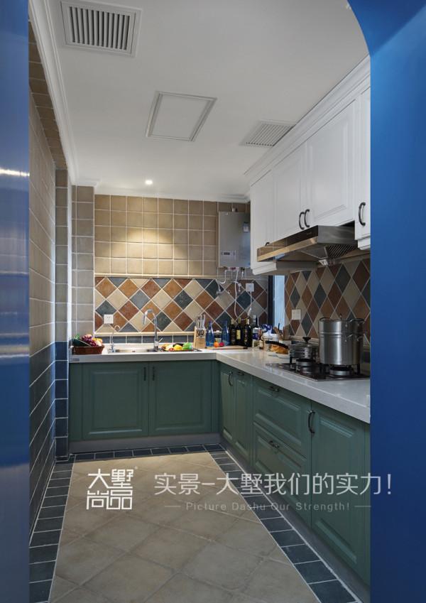 厨房采用了多种色彩的小砖,搭配白色以及浅绿色的橱柜, 增加了空间层次感。