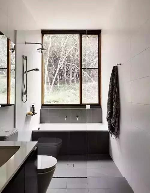 这样一个尴尬的地方放上一个舒适的浴缸再合适不过。长条形的浴缸正好能将空闲的区域填满。
