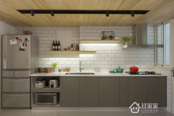 造访人数一多,延伸至书房用餐都不是问题,设计师提醒,如果家里空间有限,最好重叠需求,中间透过折叠门板区隔,减少占地空间