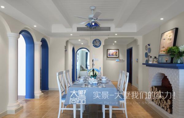 在餐厅的位置别出心裁地砌了一个壁炉,增加了空间的层次,使得就餐环境更加温馨,餐桌椅、餐具、墙饰巧妙的搭配蓝白色系,使整个餐厅变得活泼生动起来。