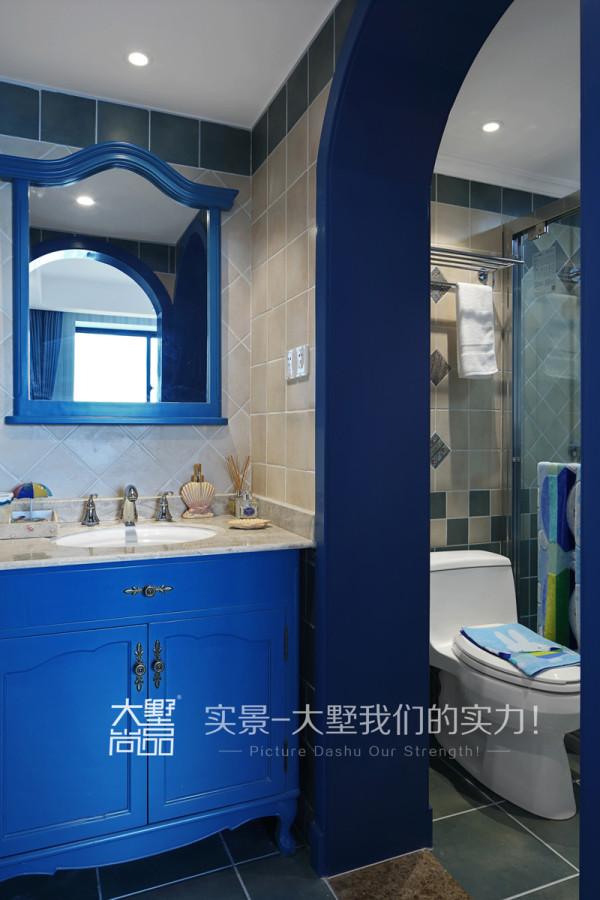 卫生间瓷砖以蓝绿色为主,充分的突出了浪漫地中海的主题,细心地做了一个干湿分离,保证了卫浴整体环境的整洁美观。