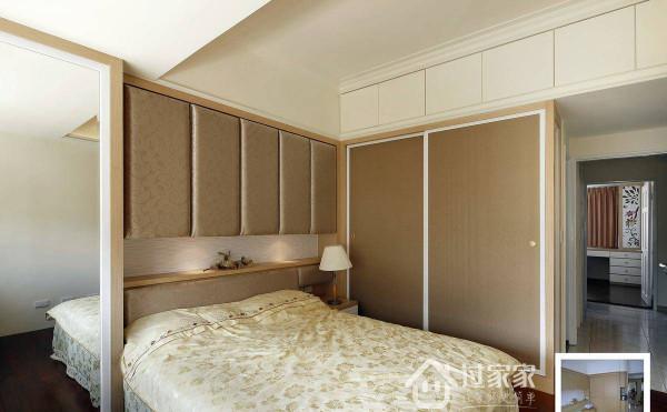 一旁衣柜门片以壁纸及木作框塑出优雅的氛围,同时减缓视觉上的压迫感。