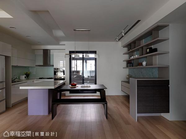 宸玺设计以开放式设计,将餐厅与厨房场域结合,透过中岛与餐桌展现流畅的T字动线设计。