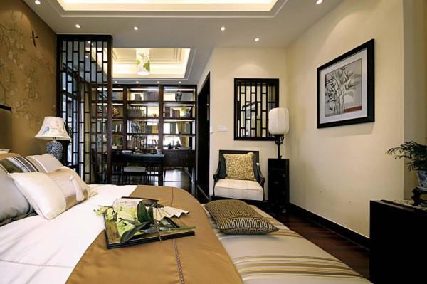 卧室装修:舒适的大床,实木的屏风分割出书房与卧室的空间