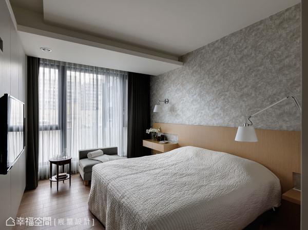即使空间不够充裕的主卧,在简约的设计下,仍可拥有化妆桌、电视墙、沙发区等基本机能。