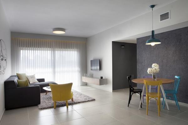 中心色为黄、橙色。选择橙色地毯,窗帘、床罩用黄白印花布。沙发、天花板用灰色调,在搭配一些绿色植物为衬托,使居室充满惬意、轻松气氛。