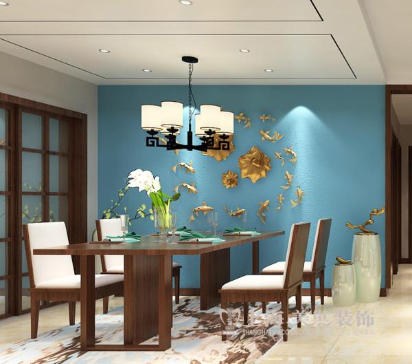 亚太花园新中式装修三居室案例效果图——餐厅全景效果图,与客厅墙面材质运用一致,都以大面积的颜色展开,配以简单大气的造型顶,彰显时尚大气。