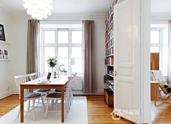 是休闲区,是工作台,也是书房,大小朋友,一起看书游戏吧。