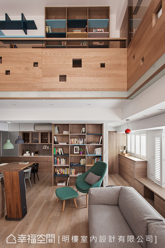 书柜设计串连起一二楼场域,让室内空间皆环绕着书香气息。