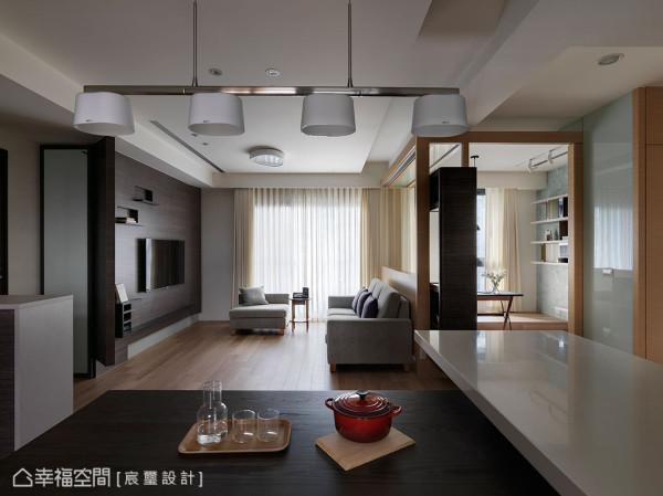 客厅、书房、餐厨区以自由的设计规划,加强各场域的功能,创造三强鼎立的格局配置。