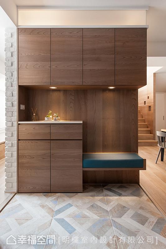 藉由横向双面柜的设计,成功引入空间的两侧光源,解决原餐厨区显得阴暗的问题。