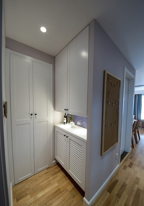木质地板,白色鞋柜,进门就给人浓浓的生活气息。