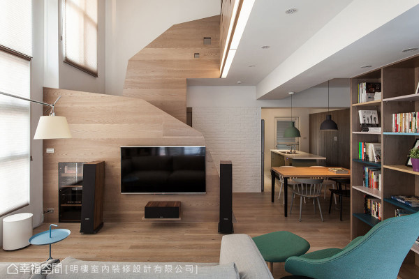 下方的楼梯结构成为电视主墙,坐在沙发看电视也能注意到周围家人的一举一动。