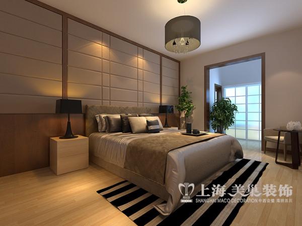 郑州专家花园装修复式样板间效果图展示——卧室效果图,主卧的床头墙体长度很大,空间比较富裕。所以。以擦色木板和定制软包设计,层次分明,质感柔软,引人入眠。