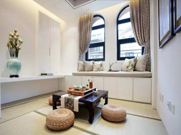 一、榻榻米会客厅     许多人把榻榻米作为次卧或者书房的主打用品,不过榻榻米其实最适合的其实是会客厅。