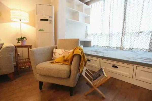 四、榻榻米窗台 榻榻米窗台比起飘窗的窗台更宽,可以真正的休闲、娱乐,而且储物空间更大,甚至做成一张临时的床都足矣!