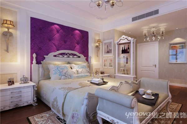 主卧大气浑厚的气势,让我们再次感觉到了欧式的不同之处。这款睡床充满温馨,木质的  材料,浮雕的花纹,背景墙的处理,都让卧室显得时尚而又唯美,宁静而又脱俗。