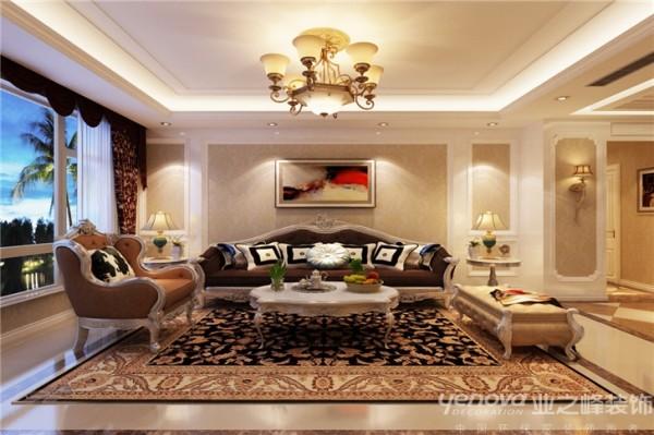 利用暖黄色调打造客厅空间的简欧风格,沙发背景墙和吊顶都简化了欧式风格的线条,地  毯的铺设围起了一个交流的空间,使得这个简约欧式风格的客厅既实用又美观,让你时刻感受  到贴心的温暖与浪漫情怀。