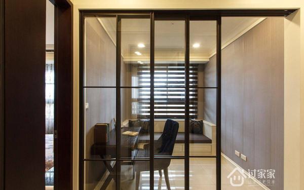 以玻璃结合铁件作為书房的隔间拉门,让空间保有视觉的宽适感
