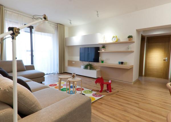 房屋整体墙面涂刷乳胶漆,结合石膏线造型,地面除了厨卫用地砖,其它全部采用地板,地板会有厚重感,选用亚光暗色的。