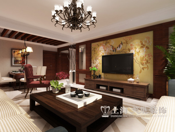 客厅电视背景墙:黄色花鸟的壁纸及走廊实木挂落,体现中式韵味。