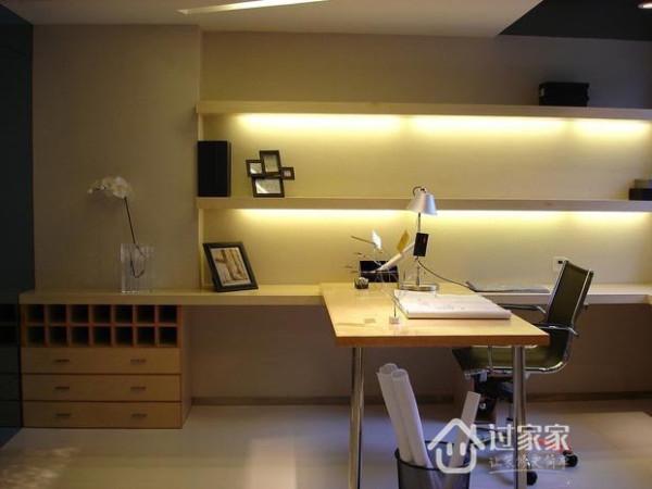 书房将隔板和书桌连为一体,靠墙布置,以最简约的造型塑造出时尚个性的连体书桌柜。比起自然光,设计师更注重用灯带、隐藏式灯管营造静谧的书房环境