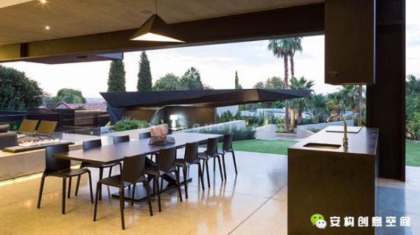 钢铁、玻璃和水泥是这个房子使用最多的三种装修材料,设计师将它们结合起来,从外面的围墙那里开始,一直延伸着用到室内。