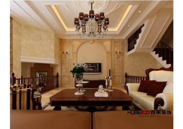 此户型以欧式简约风格为主题,客厅暖色的地砖和电视背景墙色调相应,欧式的沙发组配以古典色彩的地毯、沉稳木色的窗帘,给人浓郁温暖的异域风情