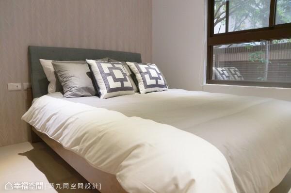 为让私领域尽展个人特色,以造型枕头结合壁纸主墙,演绎设计的亮点。