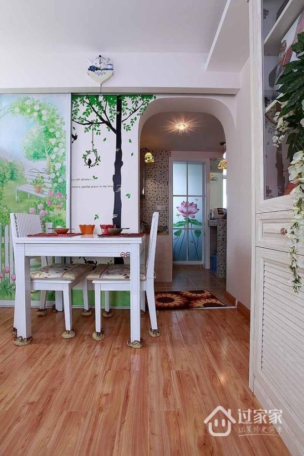 与众不同的绿色外景美图变成了厨房和餐厅的滑动推门门,推开门你会惊喜地发现背后还有风景,墙贴与推拉门美景协调统一。