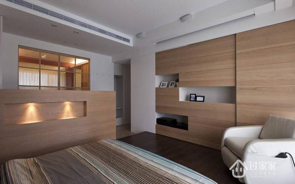 由客厅主墙后方进入主卧后,首先可见女主人的梳化区,而在木格子拉门之后,為2.5坪的宽敞更衣间,再深入则有机能完整的卫浴汤屋。