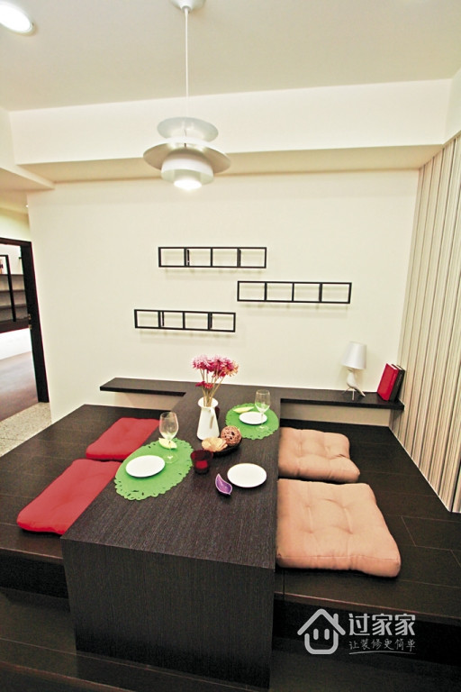 兼具和室卧蹋功能的用餐区是本案一大特色,不同于传统餐桌椅的摆设,对于都会住宅的空间利用度做到最大