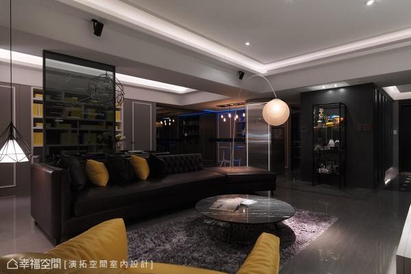 屋主是位赛车好手,张德良设计师特别在客厅旁设置展示柜体,用以摆放屋主至世界各地参赛的奖杯。