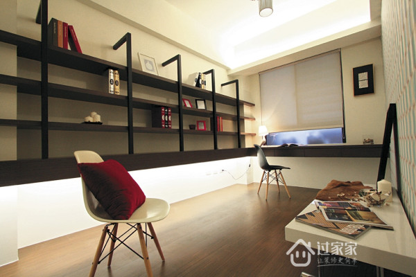 书房工作室的轻简造型层架书柜,让人欣赏到结构美学。