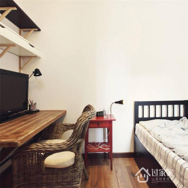 与客卧兼用的书房,添置了电视机和沙发两用床,最大程度提高了空间的利用率。