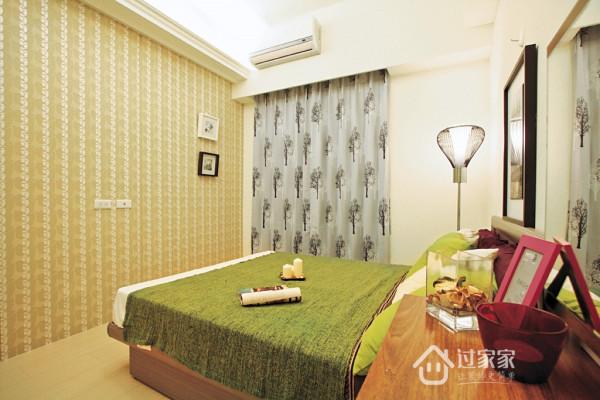 卧房牆面添加造型壁纸的粉彩色调,让空间产生温馨又浪漫的感觉。