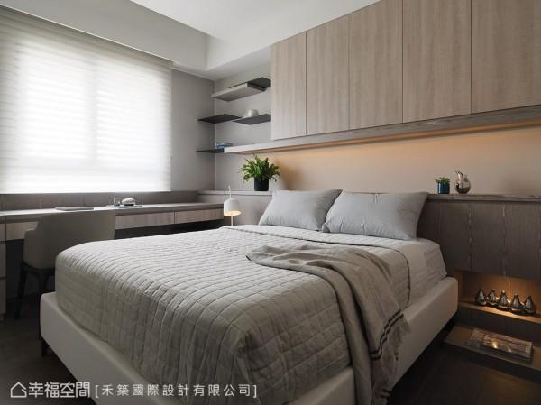床头柜与悬挂柜体沿着梁下空间做规划,不仅创造实用收纳机能,亦化解风水顾虑。