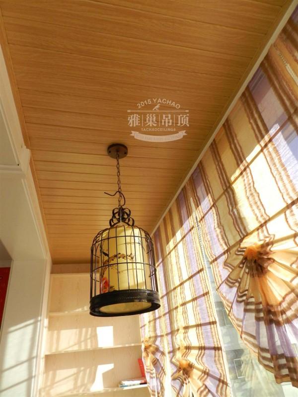 个人特别喜欢阳台的吊顶风格,既有木纹的质感,又有铝扣板的防潮防腐。