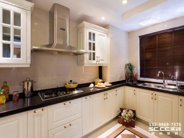 设计 理念风格相对简洁,以实木材料制作朴实而自然,细节处理十分考究,餐桌旁别具一格的陈列柜,实用美观。 主材 说明巴赫曼橱柜