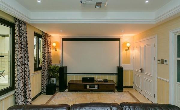 客厅内的大投影仪,周末看电影也是十分惬意的。
